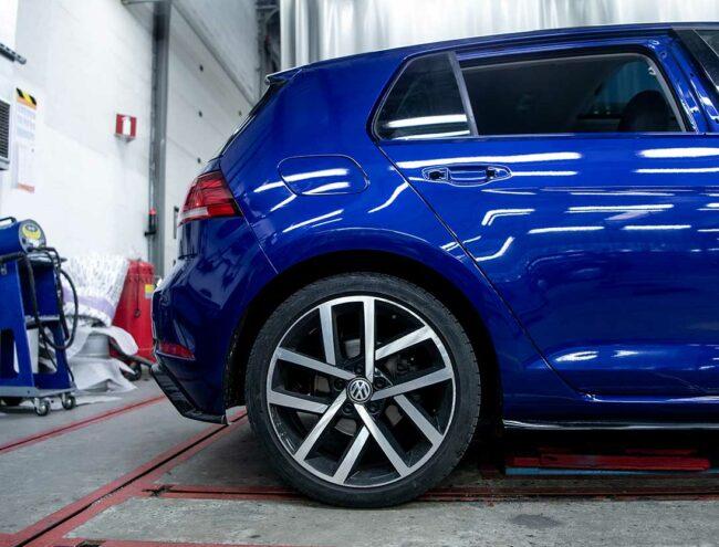 Achterflank van een blauwe Volkswagen Golf
