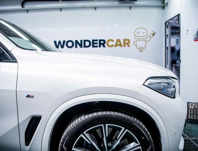 Côté droit d'une voiture blanche dans la Smart box