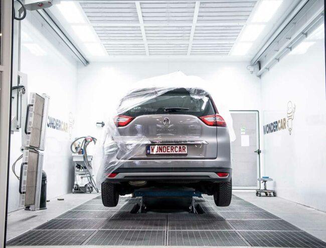 Réparation d'un pare-chocs d'une Renault grise dans la Smart box