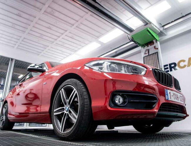 Réparation d'un pare-chocs d'une BMW rouge dans la Smart box