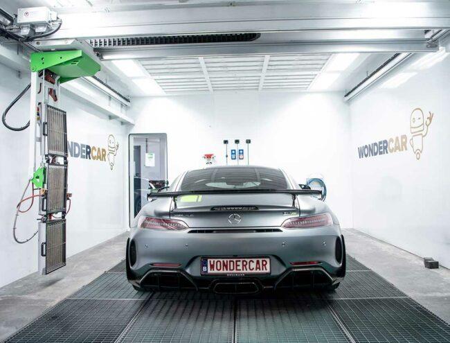 Voiture de sport Mercedes grise dans la Smart box