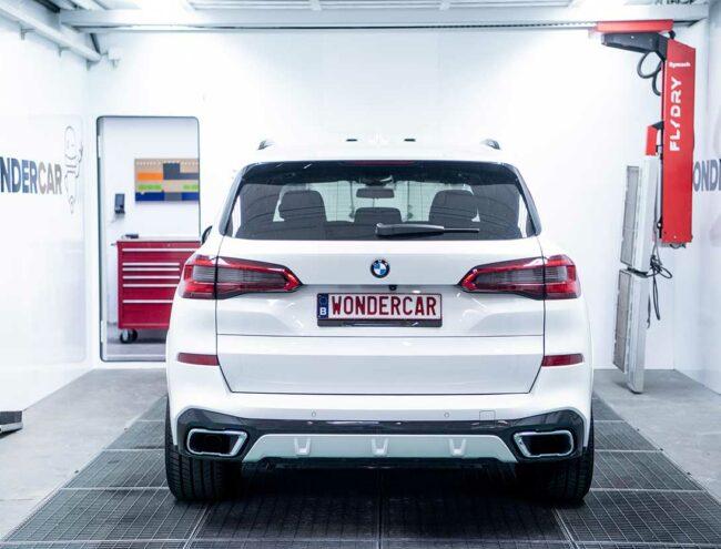 Voiture BMW blanche dans la Smart box