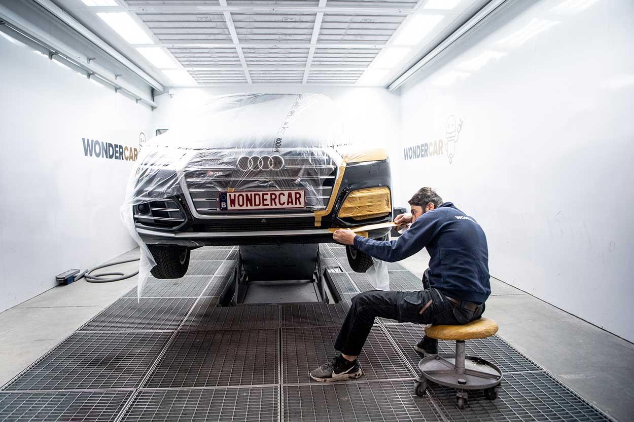 Wondercar werknemer tijdens de herstelling van een bumper