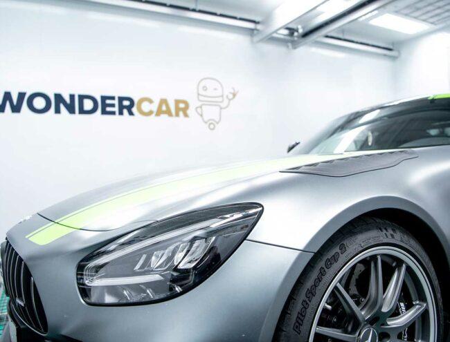 Phare gauche d'une voiture grise en cours de réparation dans la Smart box