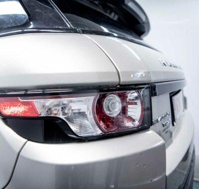 Herstelling aan de achterlichten van een Range Rover