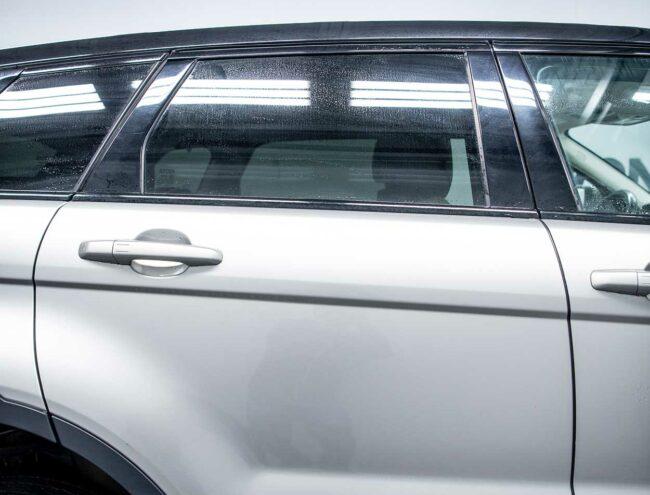 Portière arrière d'une voiture grise
