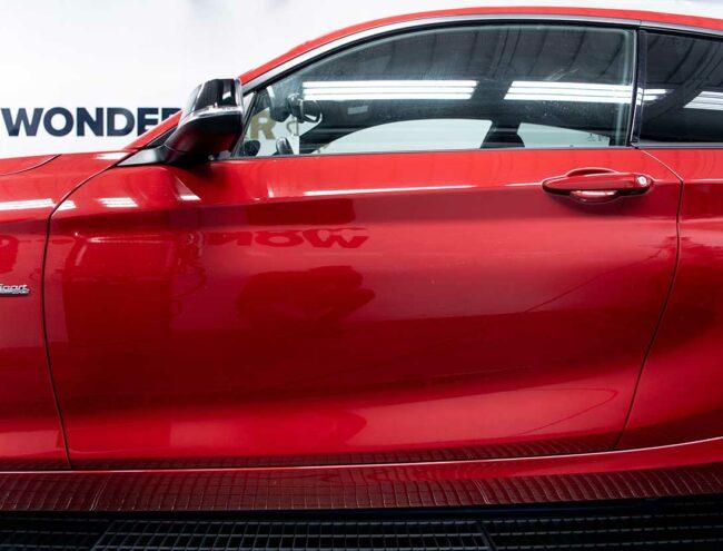 Portière d'une voiture rouge
