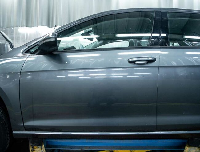 Portière d'une voiture grise