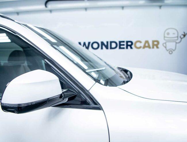 Rétroviseur d'une voiture blanche dans la Smart box