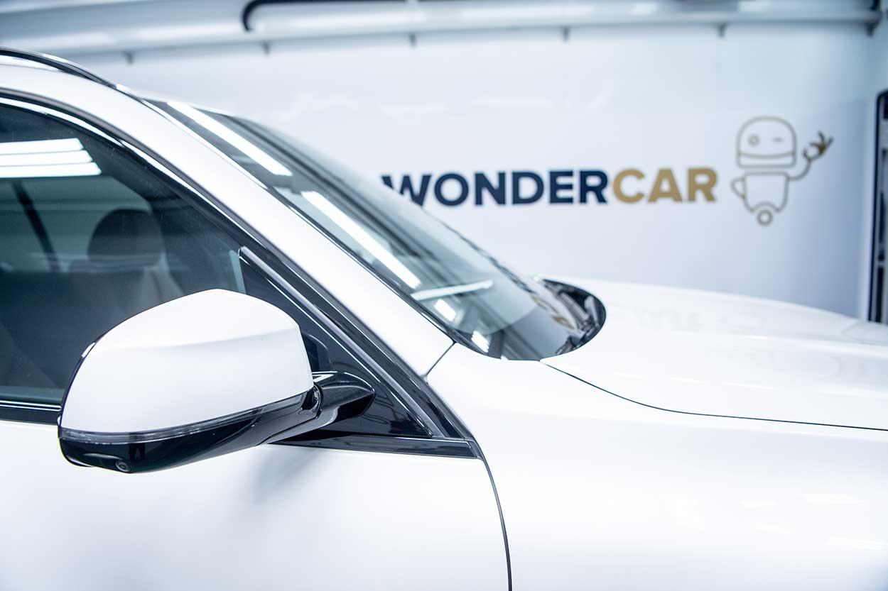 Witte auto in een smartbox van Wondercar