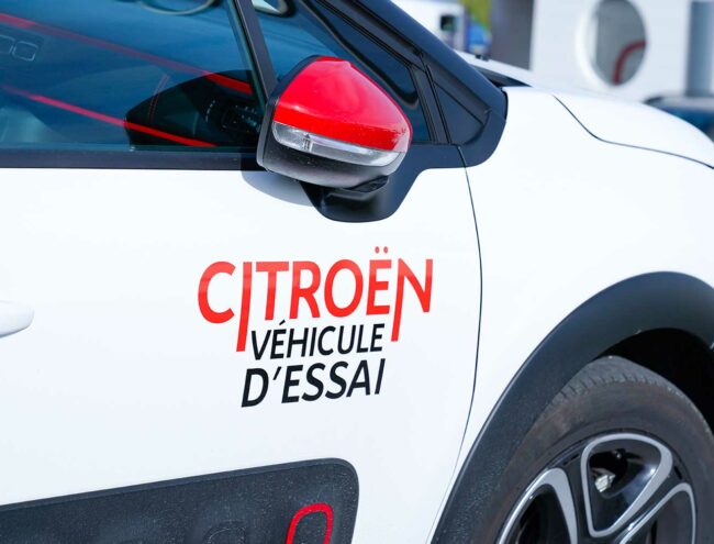 Stickers op een testwagen van Citroën