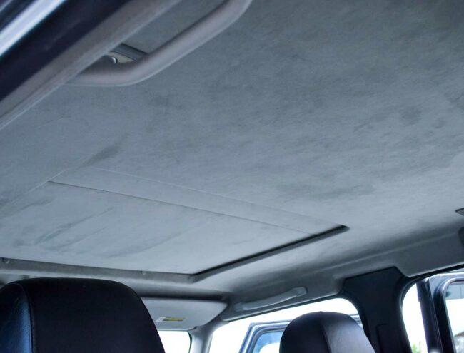 Grijze dakbekleding na reiniging
