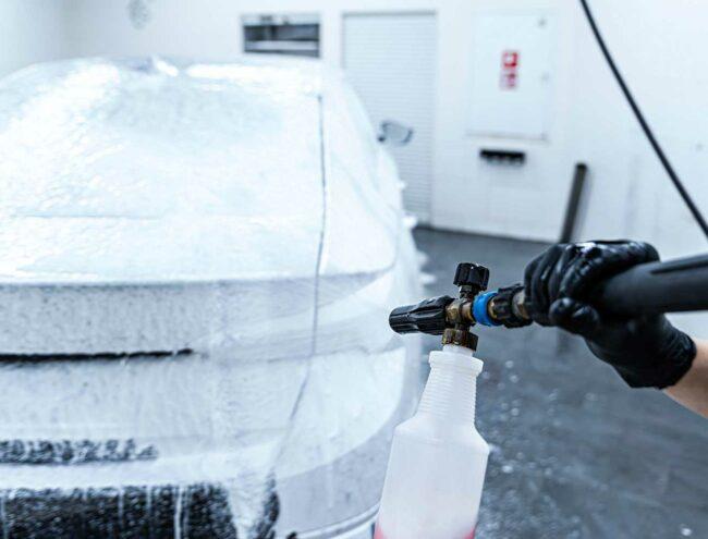 Diepe reiniging van een auto met lans