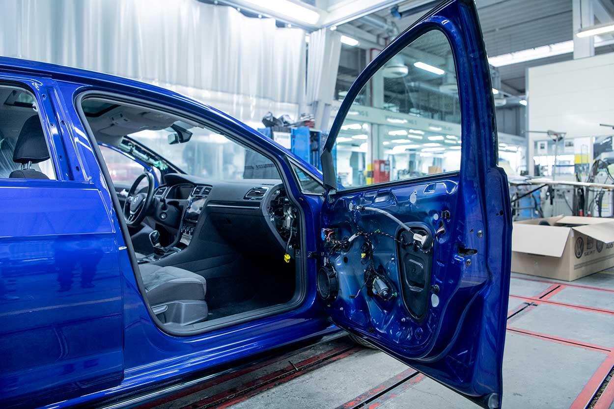 Portière démontée d'une voiture bleue