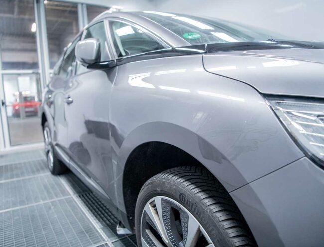 Réparation d'une griffe faite sur une voiture grise