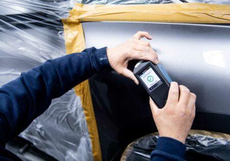 Kleur controleren van een grijze wagen voor kras herstelling