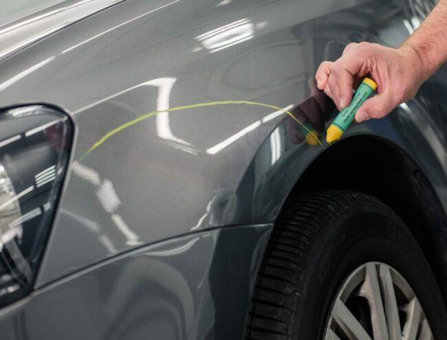 aanduiden schade op carrosserie met stift in bumper